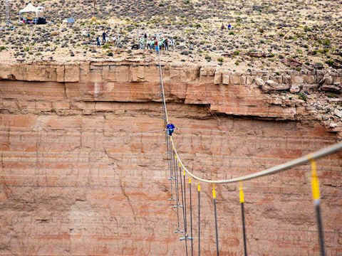 nik-wallenda-first-man-to-cross-grand-canyon-on-a-tightrope.jpg (107830 bytes)
